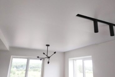 Матовый натяжной потолок со встроенным треком 17м2
