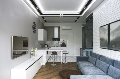Натяжной потолок зонирован конструкциями